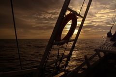 从一艘风帆船的弓的海景在日落的 免版税库存图片