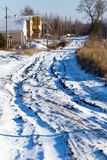 从一辆汽车的脚印在雪 库存照片