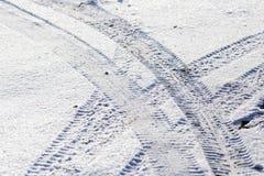 从一辆汽车的脚印在雪 库存图片