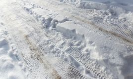 从一辆汽车的踪影在雪在冬天 库存图片