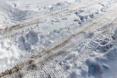 从一辆汽车的踪影在雪在冬天 免版税库存图片