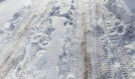从一辆汽车的踪影在雪在冬天 库存照片