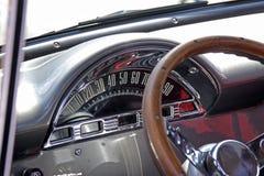 从一辆老美国肌肉汽车的车速表 库存照片
