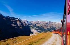 从上升到Jungfraujoch的克莱茵沙伊德格驻地的少女峰铁路火车 库存照片