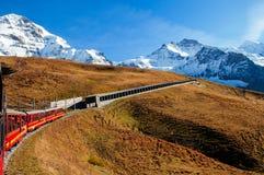 从上升到Jungfraujoch的克莱茵沙伊德格驻地的少女峰铁路火车 图库摄影