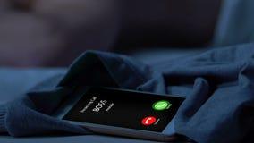 从上司的丢失的电话在晚上,工作者睡眠赞赏个人时间和休息 影视素材