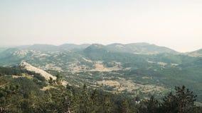 从上面使全景视图环境美化到山和城市 黑山 股票视频