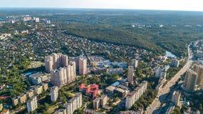 从上面基辅市住宅区空中顶视图, Goloseevo区地平线,乌克兰 库存图片