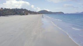 从上面水波沙滩视图的蓝色海 飞溅在热带海岛上的沙滩的海波浪山的 影视素材