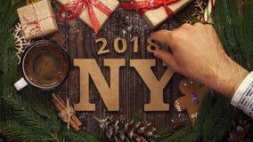 从上面注视着与绿色s的木字法`新年2017年` 股票视频
