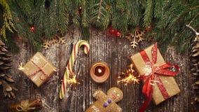 从上面注视着发光在圣诞节曲奇饼的孟加拉火, 股票录像