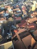 从上面的垂直的看法从一个美丽的旅游城市,屋顶树和植物,自然的高度有大厦和房子的 免版税库存照片