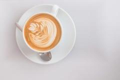从上面的平的加奶咖啡艺术样式 免版税库存图片