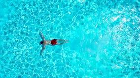 从上面的看法作为一人跳进和下潜水池和游泳在水下 影视素材