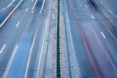 从上面移动在高峰时间的汽车 长的曝光photogra 免版税库存图片