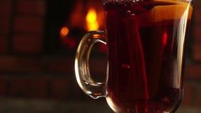 从上面落在一个精密杯子的肉桂条被仔细考虑的酒 影视素材