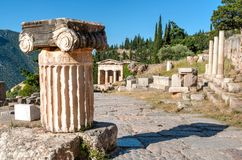 从上面观看的古希腊专栏在特尔斐考古学站点希腊 免版税库存照片