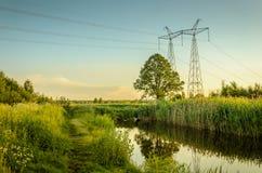 从下水道的污水污染涌出从下水道的湖河/水到河 免版税图库摄影