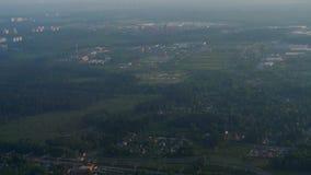 从下降的飞机的鸟瞰图 股票录像
