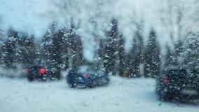 从下雪的汽车里边的看法在挡风玻璃的剥落 免版税库存照片