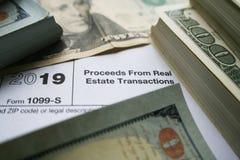 从不动产交易形式的收益与优质的金钱 图库摄影