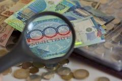 从不同的国家的各种各样的纸币在放大器增加了 图库摄影