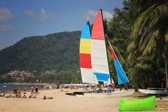 从不同的国家的游人采取sunbath 免版税库存照片