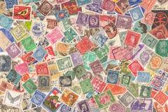 从不同的国家的老邮票,关于19世纪70年代- 20世纪60年代,背景 库存图片