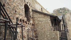 从中古的老堡垒,居住的议院在堡垒里面 股票视频