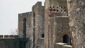 从中古的老堡垒,隧道通过墙壁 影视素材