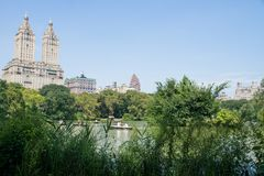 从中央公园的湖和城市视图,夏天在纽约 库存照片