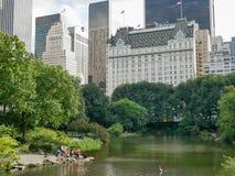 从中央公园,曼哈顿的广场饭店视图 免版税库存图片