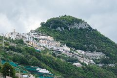 从中央寺院正方形看的美丽的景色,拉韦洛,阿马尔菲海岸,意大利 免版税库存照片