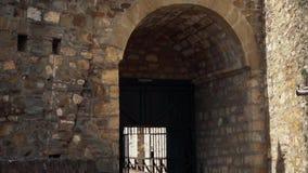从中间年龄的老堡垒,对门的段落 股票视频