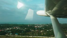 从乘客座位的看法热带海岛在云彩、海和热带海岛上的一次私人喷气式飞机飞行 ??  股票录像