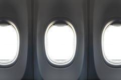 从乘客座位的窗口视图在商业低成本飞机 免版税库存照片
