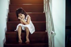 从争论这对的父母,家庭消极概念的哀伤的孩子 库存图片