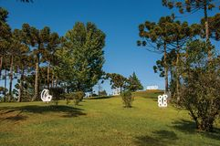 从事园艺与露天博物馆费利西亚Leirner的雕塑零件,在坎波斯附近做Jordao 库存照片