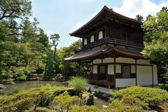 从事园艺京都银色寺庙 库存图片