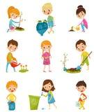 从事园艺和带走垃圾集合、男孩和女孩被种植和浇灌年轻树的逗人喜爱的孩子导航例证  库存例证