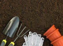 从事园艺和萌芽概念 铁锹、犁耙、手套和流程 免版税库存图片