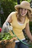 从事园艺的俏丽的妇女 图库摄影