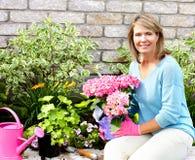 从事园艺的妇女 免版税库存图片