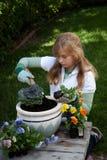从事园艺的少年 免版税库存照片