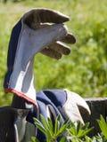 从事园艺的手套铁锹 免版税库存照片