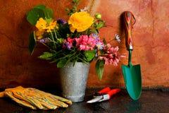 从事园艺的春天工具 图库摄影