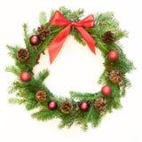 从云杉的分支的圣诞节新鲜的自然花圈与在白色背景的红色弓 免版税图库摄影