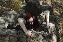 从井的恐怖妇女 库存照片