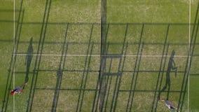 从人们在比赛前做准备网球场的高度的看法 股票视频