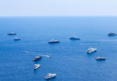 从从奥古斯都庭院看见的蓝色海和休闲小船 库存图片